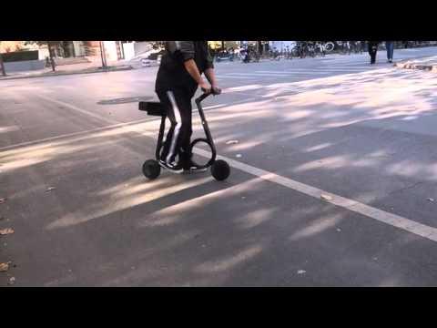 折りたたみ自転車ならぬ折りたたみスクーター動画