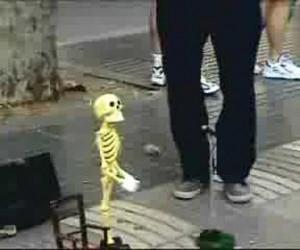 クオリティ高すぎな骸骨のマリオネットパフォーマンス動画