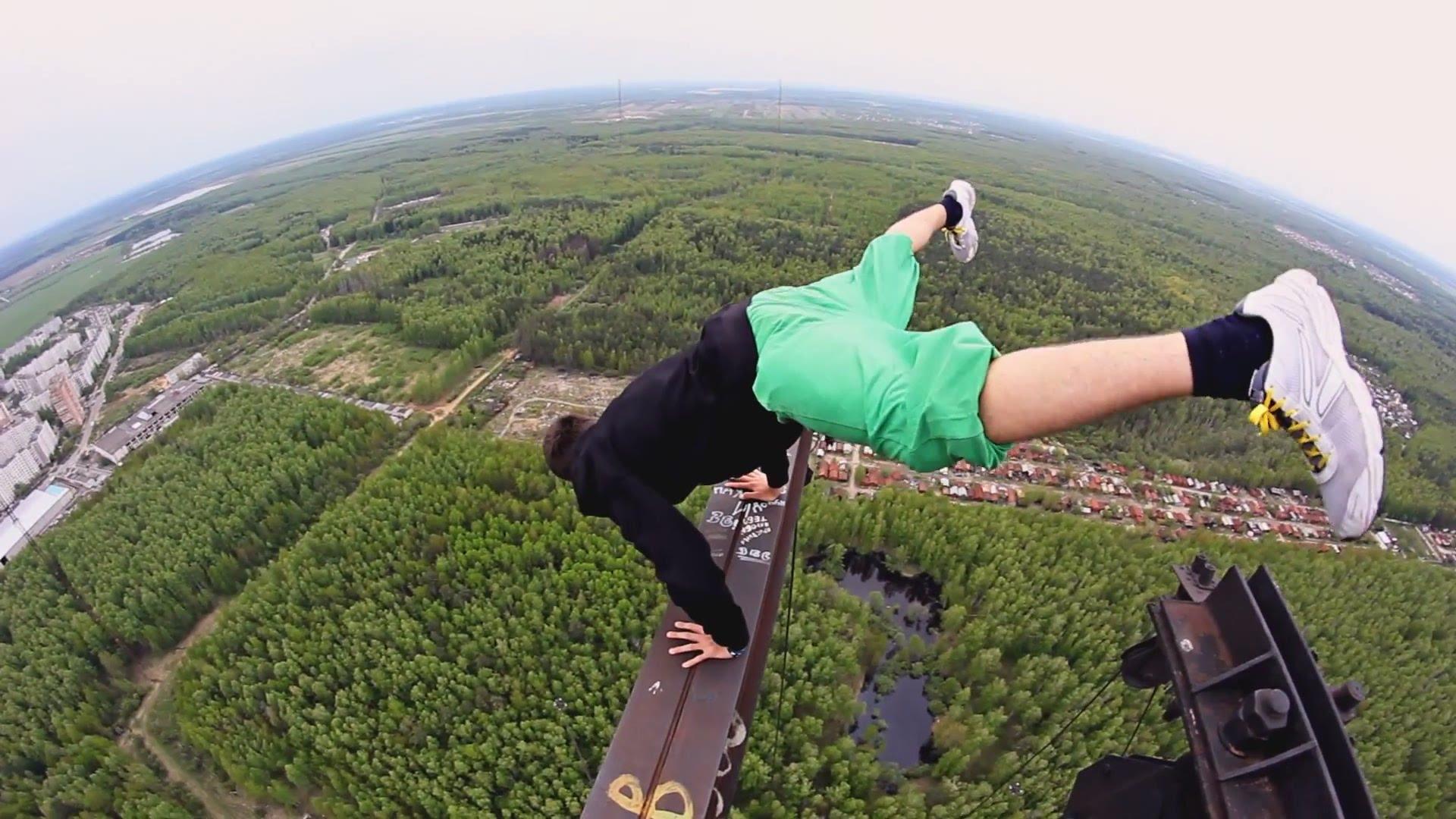 正気の沙汰とは思えない、高所で綱渡りなしの逆立ち動画