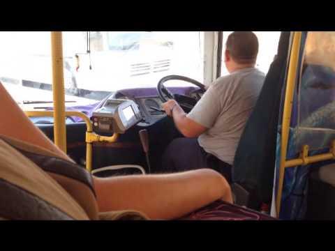 ハンドルを気にしたら負けなバス内での動画