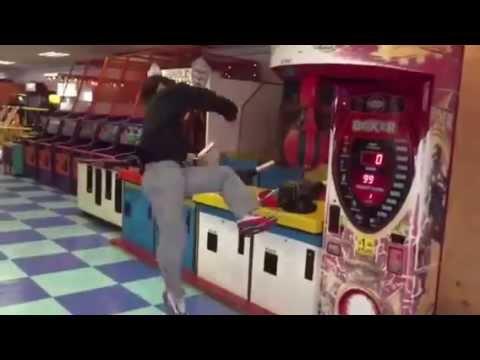 パンチングマシーンに華麗な回し蹴りを決める男性