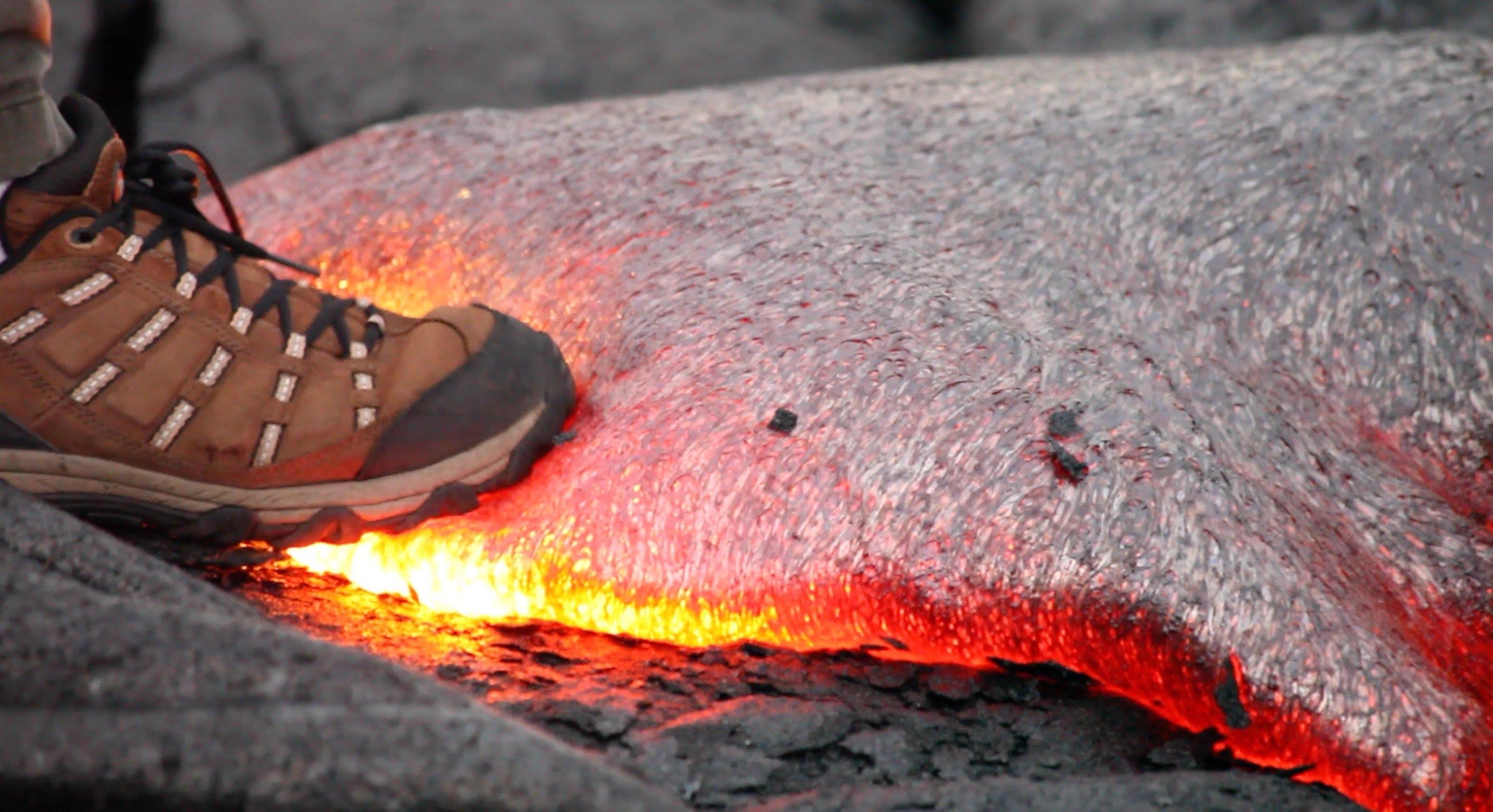 溶岩を靴で踏んだらどうなるのか分かる動画