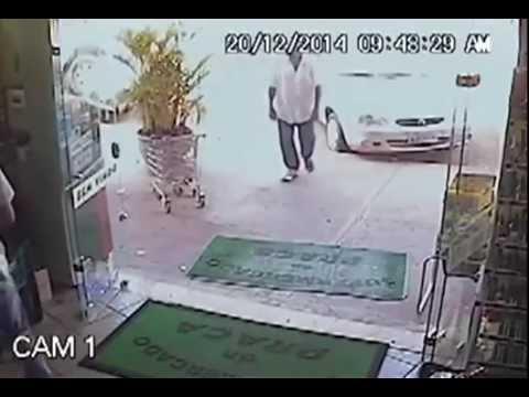 強盗に拳銃を向けられても気にせずに買い物する老人が凄い