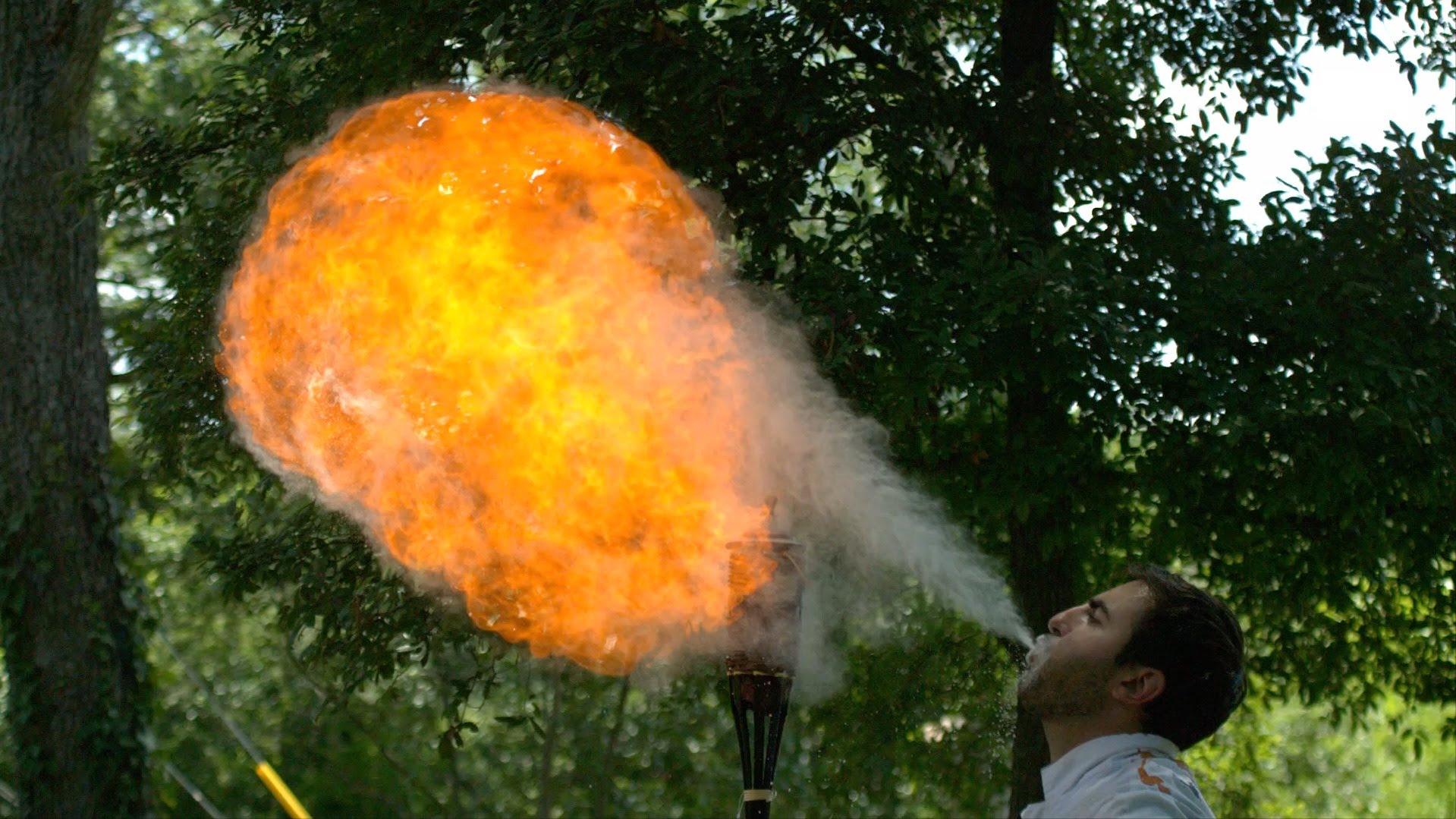 コーンスターチを口に含んで火吹きする一発芸みたいな動画