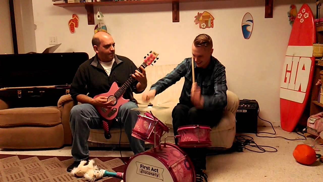 子供用の楽器でヘヴィメタルを演奏する動画