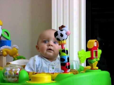 【赤ちゃん動画】母親の鼻をかむ音に驚きの反応をする赤ちゃん