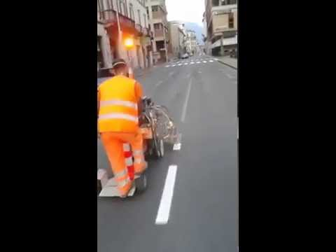 これは職人技! 道路の白線を引く作業が素晴らしい!