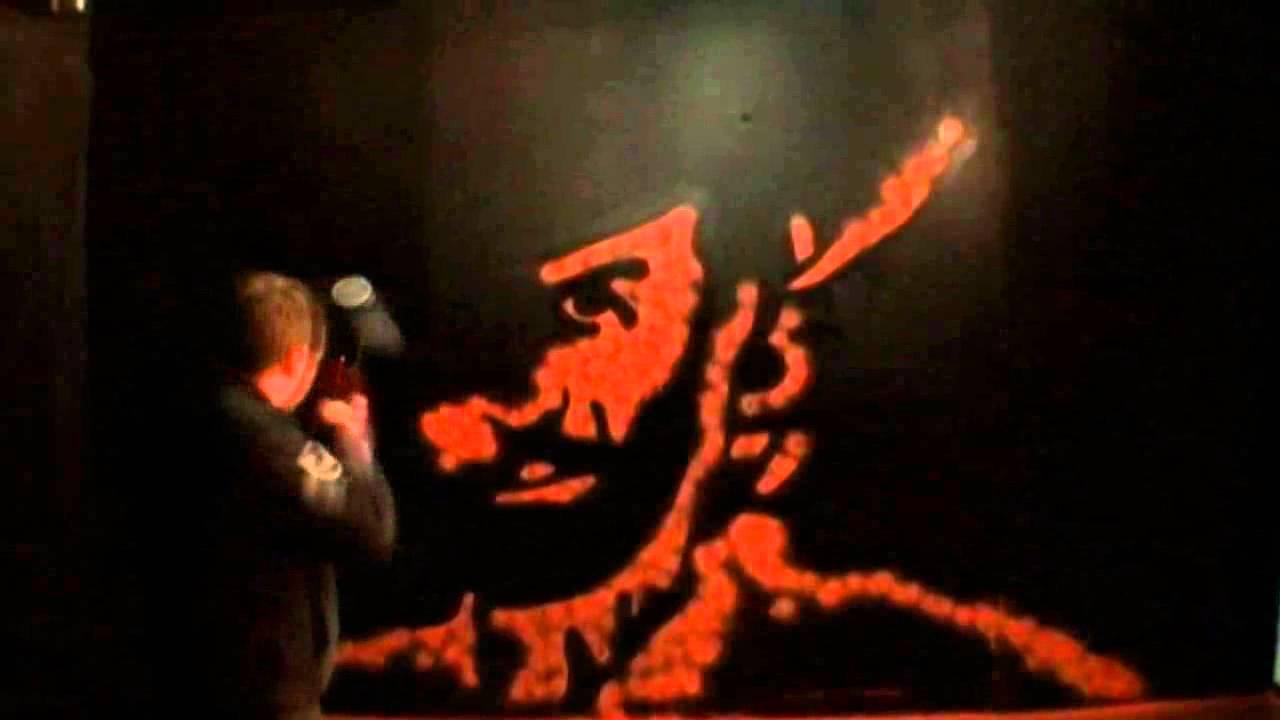 ペイントガンで見事な似顔絵を描く動画