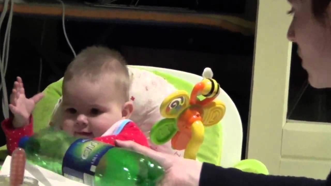 母親がペットボトルからジュースを飲むと異様に喜ぶ赤ちゃん