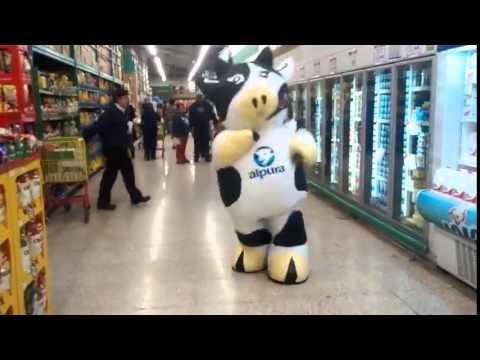 かなりシュールなスーパーの店内でキレのあるダンスを見せるゆるキャラ