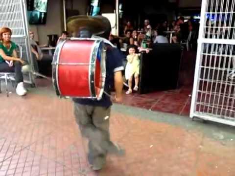 背負ったドラムで素晴らしい演奏を見せる少年パフォーマー
