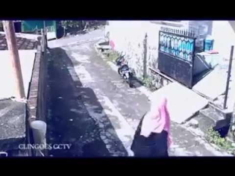 防犯カメラで撮影されたかなり間抜けな強盗