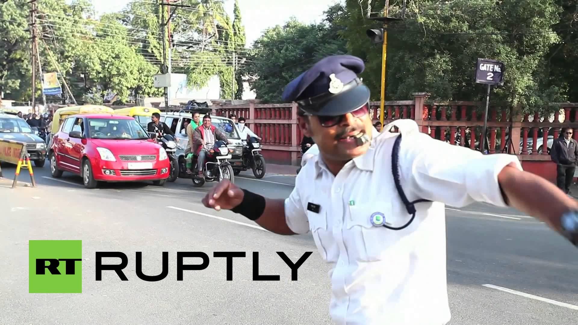 マイケルジャクソン風の動作で交通整理をするインドの警官