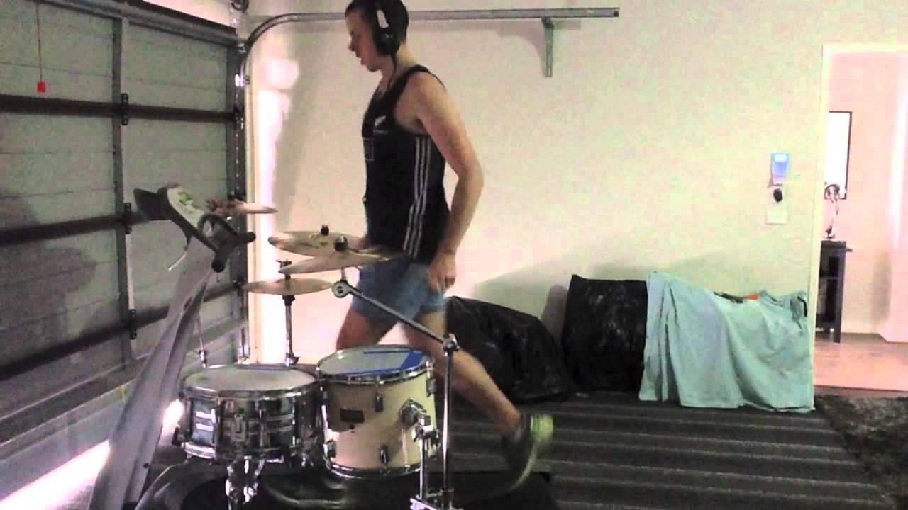 器用すぎる! ランニングマシーンで走りながらドラム演奏