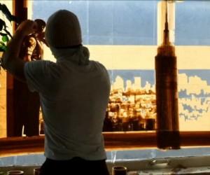 窓ガラスにガムテープをはって製作するアート