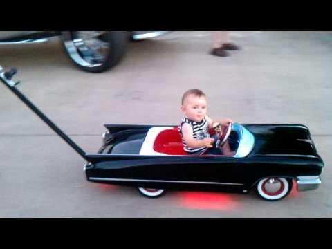 ドヤ顔っぷりに笑ってしまう、スーパーベビーカーに乗る赤ちゃん