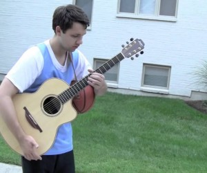 一人二役! バスケットボールでドリブルしながらギター演奏