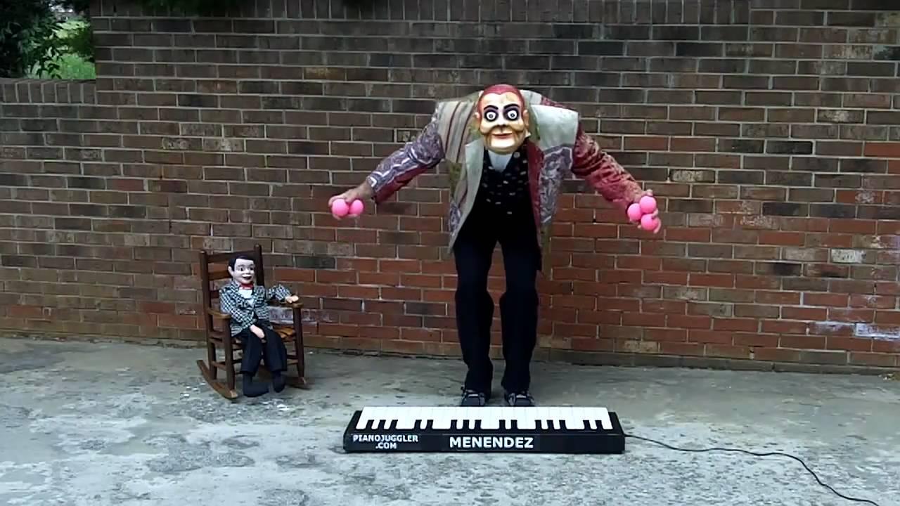 ジャグリングとピアノ演奏を組み合わせたパフォーマンス