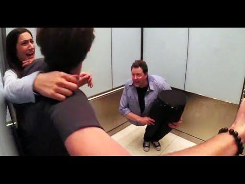 これは腰抜かしそう……エレベーターでのどっきり動画