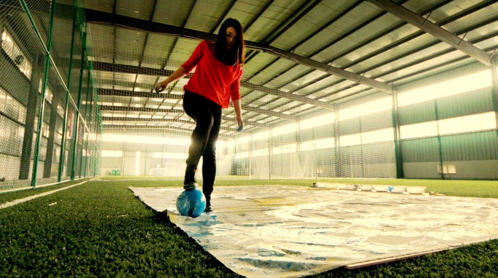サッカーボールを使ってサッカー選手を描くアート