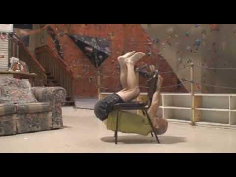 地味だけど絶対真似できない、椅子を一回転する神技