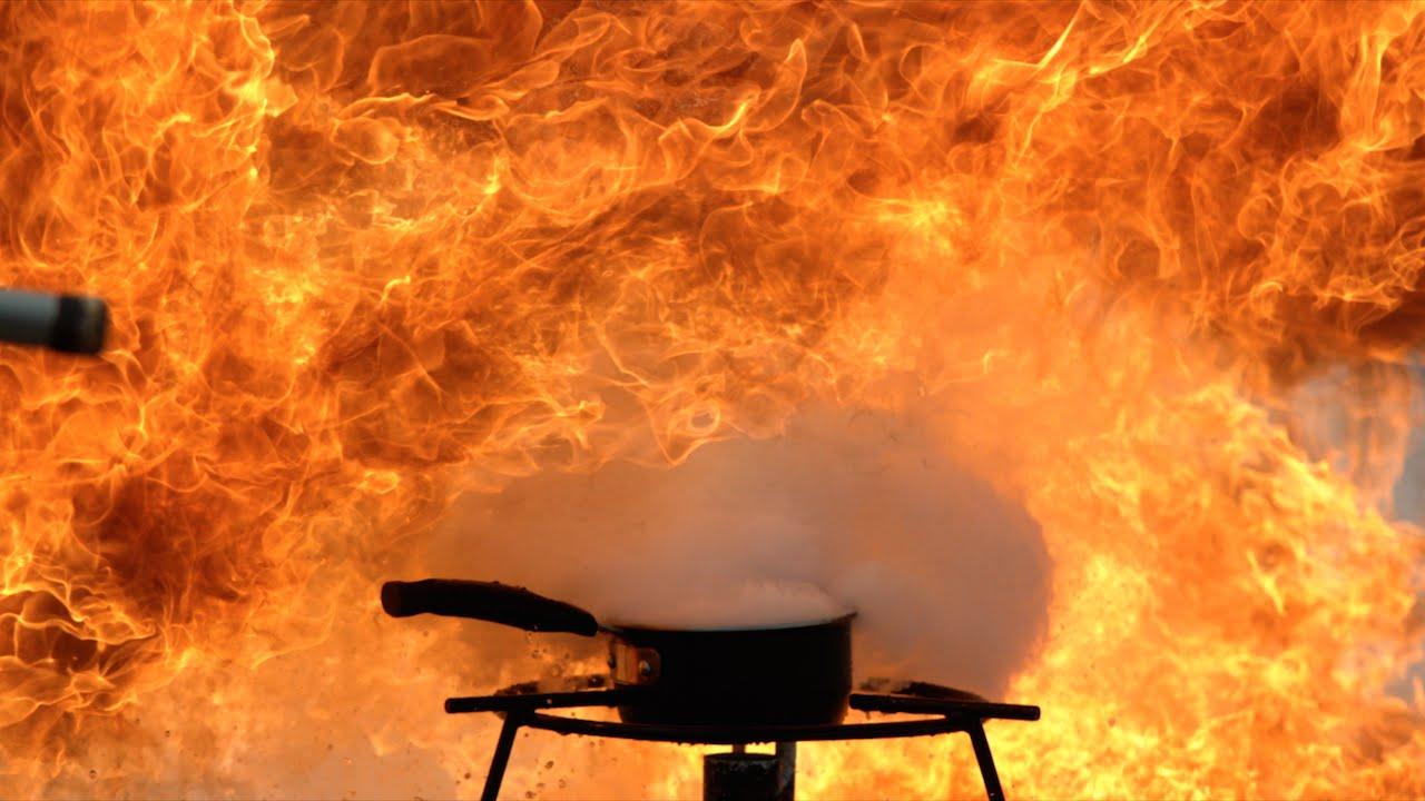 ためになる実験! 油火災に水をかけると危険!