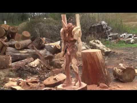 1本の木からチェーンソーでエヴァンゲリオン初号機を彫る職人芸
