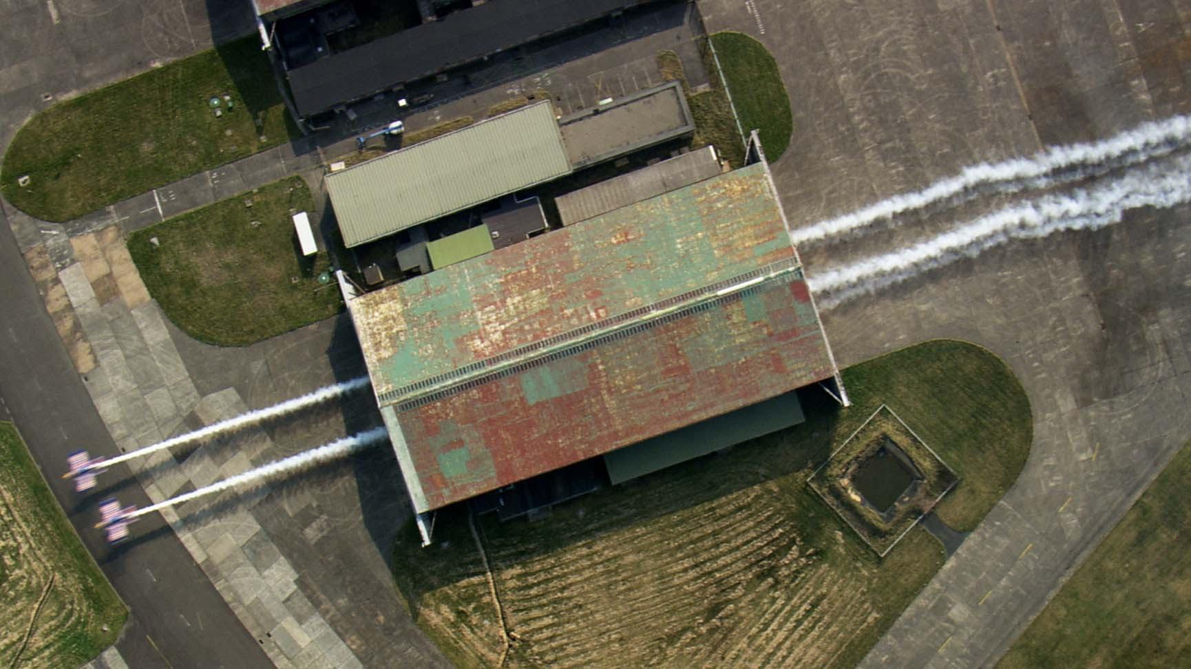 小型飛行機をランデヴーで倉庫内を滑空する神技動画