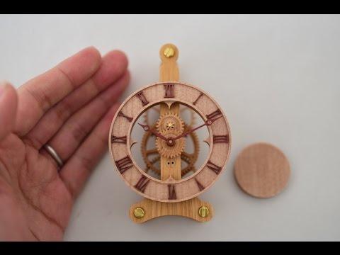 歯車や振り子などほとんどのパーツが木で作られた時計