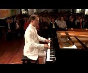 指が攣りそう……ピアノの超絶速弾き演奏