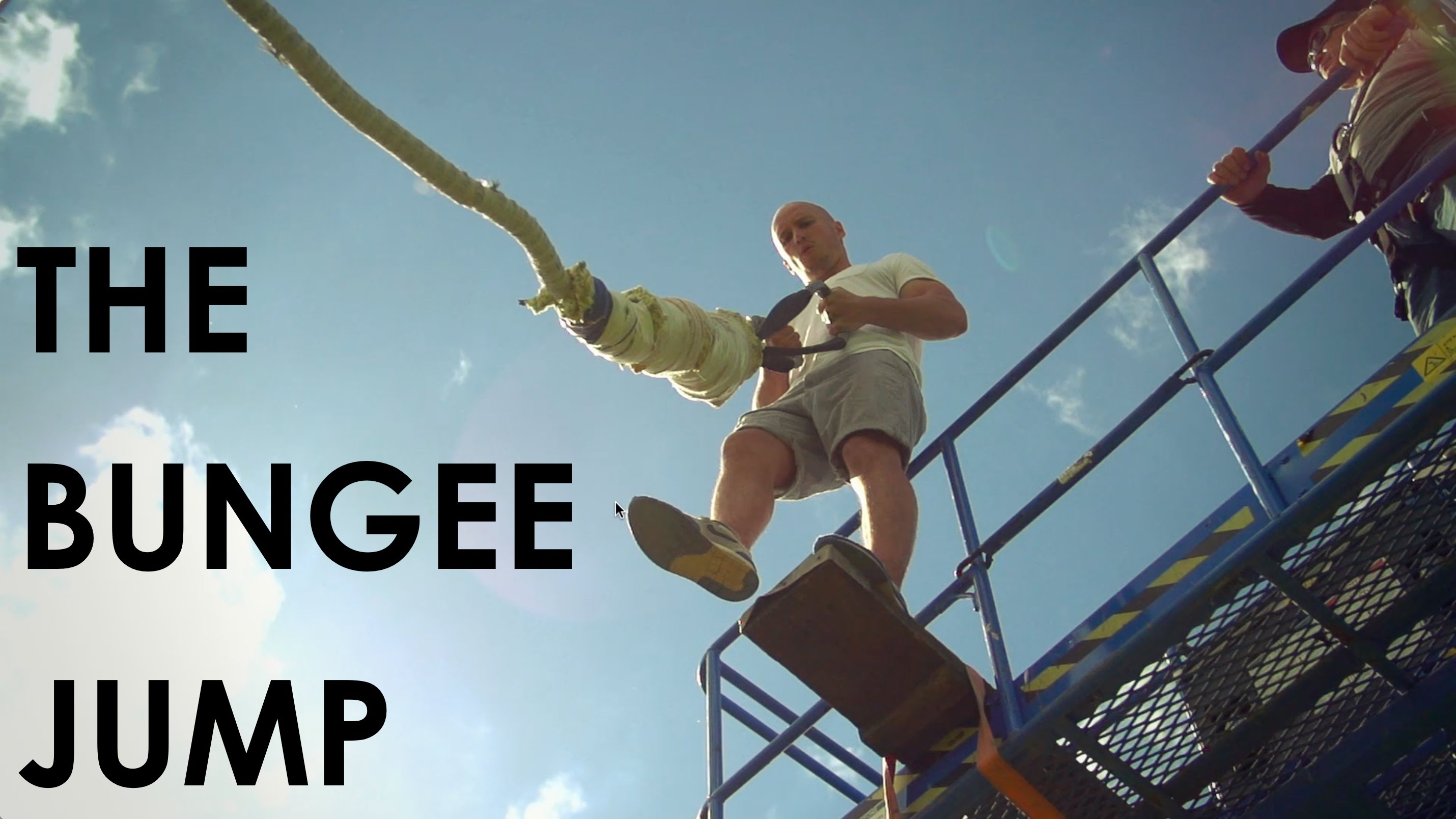命知らずすぎる……バンジージャンプの着地寸前でロープを手放す男性
