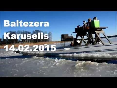 沈みそうでちょっと怖い……海氷で作られたメリーゴーランド