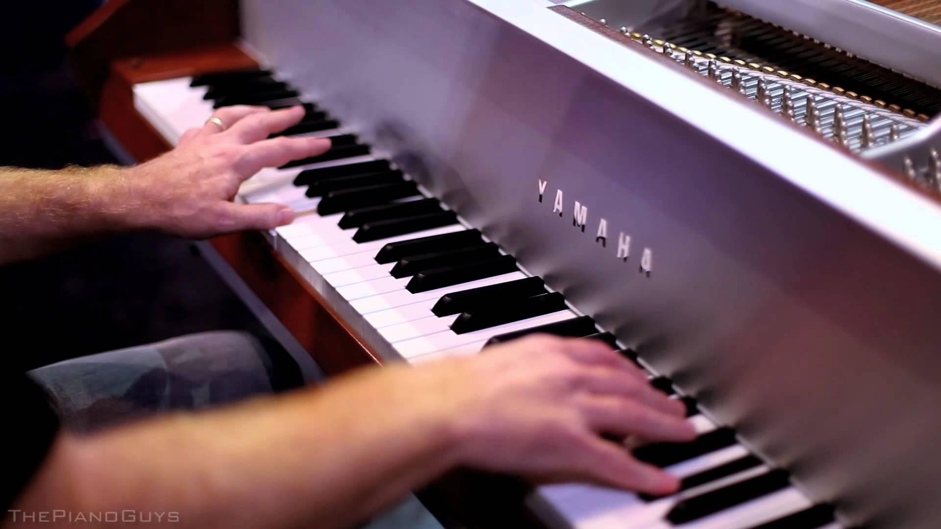 1台のピアノを使って5人の男性が演奏する神技動画