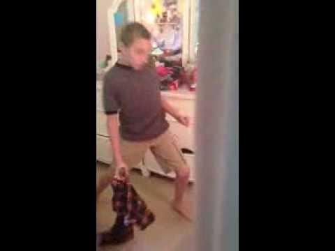 1人でノリノリで踊っているところを姉に盗撮されていると気付いた瞬間