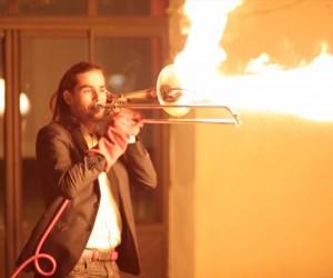 別の意味で情熱的! 火を噴くトロンボーンで演奏