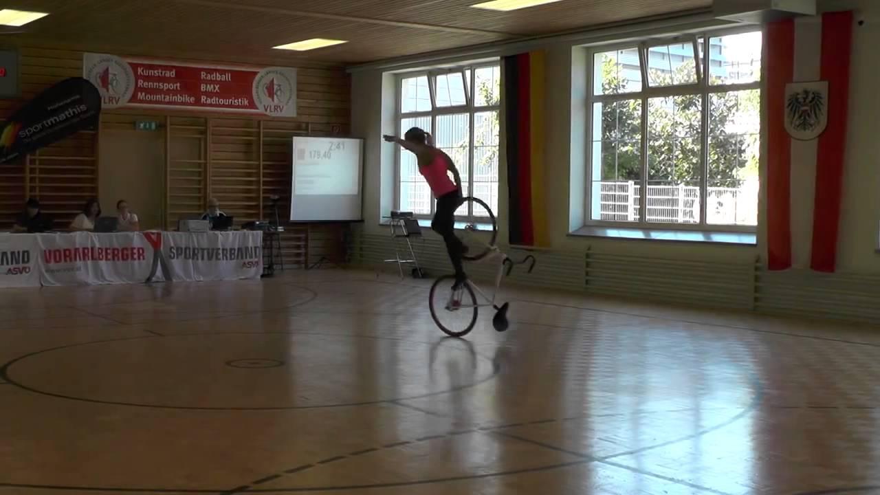 これは美しい! 自転車を使ったパフォーマンスを見せる女性
