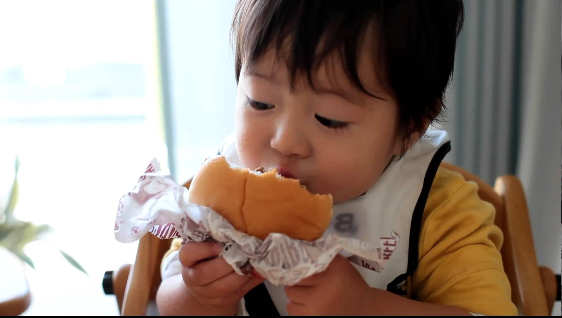 世界一ハンバーガーをおいしそうに食べる1歳児の動画が可愛すぎる