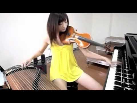 3つの楽器を流れるように弾きこなす美女の神技動画