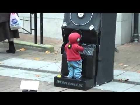 3歳児がキレッキレな動きでDJプレイを披露!
