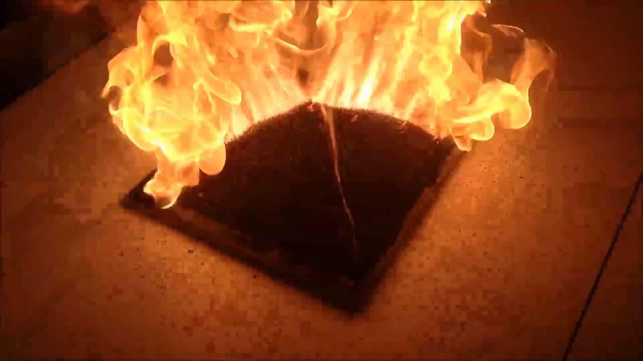 5000本ものマッチで組み上げられたピラミッドに点火!