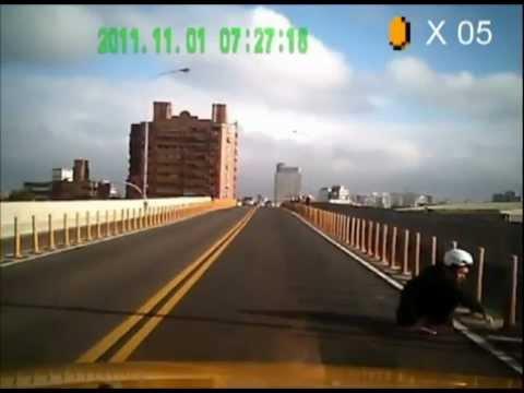 スクーターで道路を走っている動画にマリオの音楽をつけるとこうなる