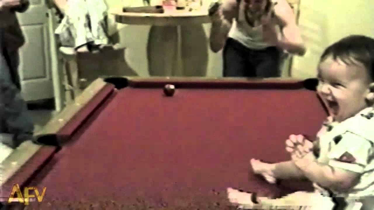 奇跡の瞬間!? 赤ちゃんがビリヤードで5回連続ポケットに球を入れる動画