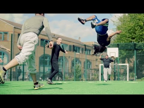 特殊なマットを用いたスーパーサッカーの神技動画