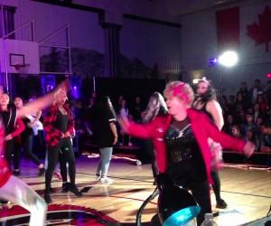 年齢を感じさせない60歳女性のキレのあるダンス