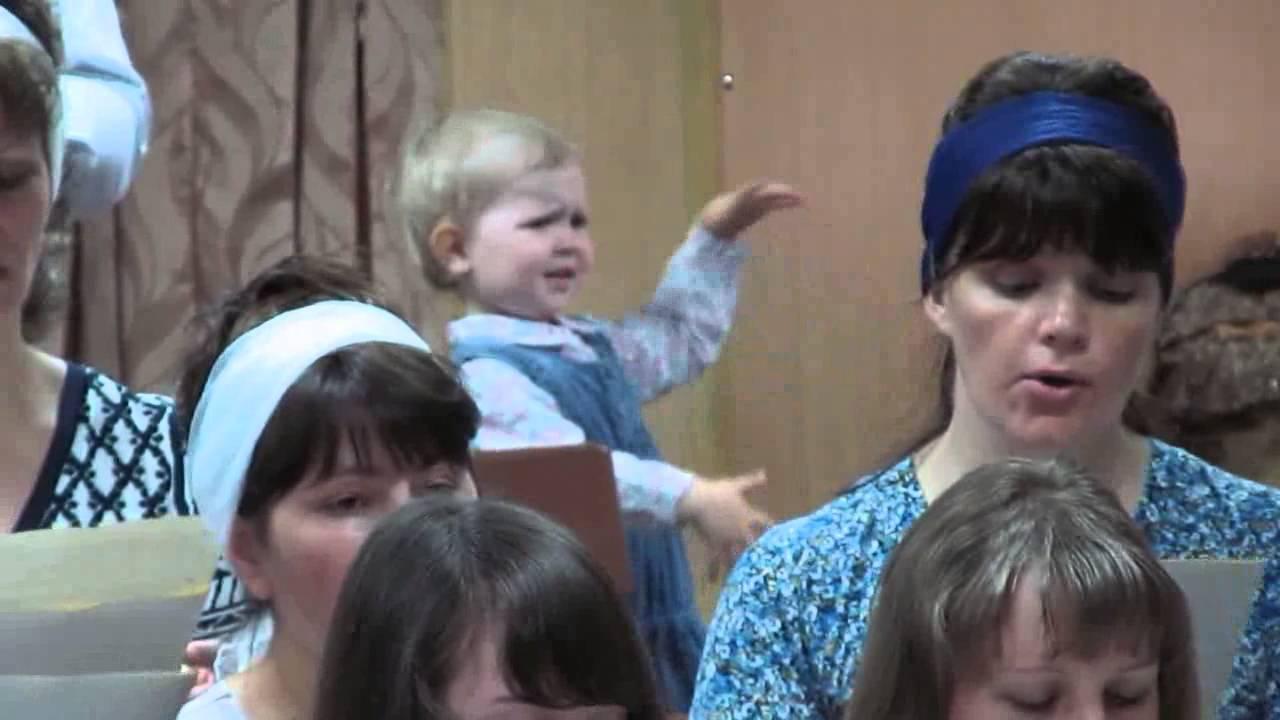 演奏の指揮をとる幼児が渋可愛い