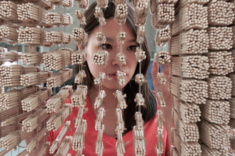 64,000本もの割り箸を使ったジャッキーチェンの肖像画