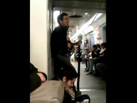 テンション高すぎ!! 電車内で狂気じみた弾き語りをする男性が面白い
