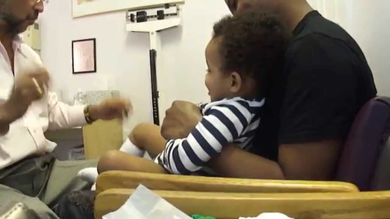 子供に注射を打っても泣かせない医者の映像