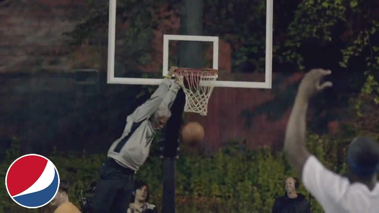 ストリートバスケをしている若者の中でスーパープレイを見せるおじいちゃん