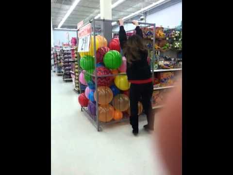 ウォルマートで起こったコントみたいな動画